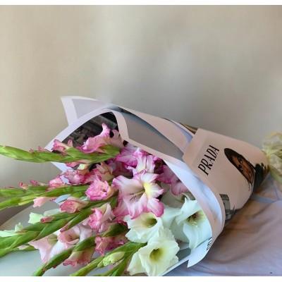 Микс из белых и розовых гладиолусов
